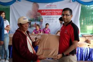 ตัวแทนหมู่บ้านรับมอบผ้าห่มจากผู้บริหารเพื่อนำไปแจกจ่ายในหมู่บ้านต่อไป (Large)