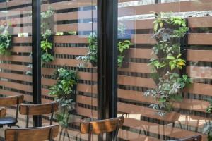 สร้างความเป็นส่วนตัว ด้วยผนังระแนงไม้ด้านข้างอาคาร